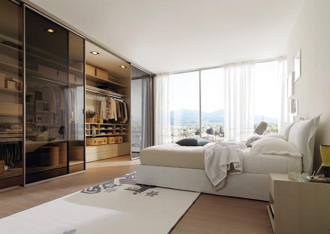Большая гардеробная в просторной спальне