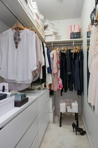 Небольшая узкая гардеробная комната