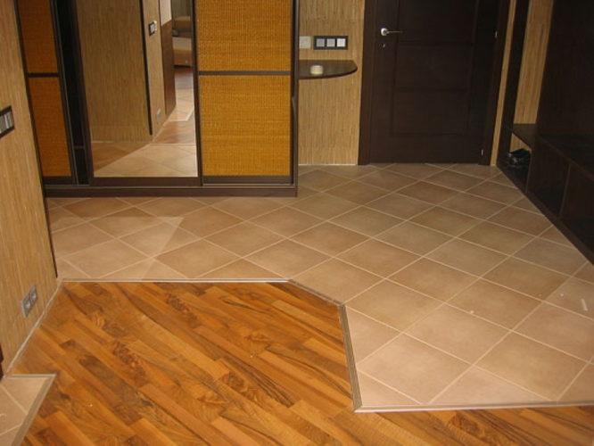 Комбинирование плитки и линолеума на полу в прихожей