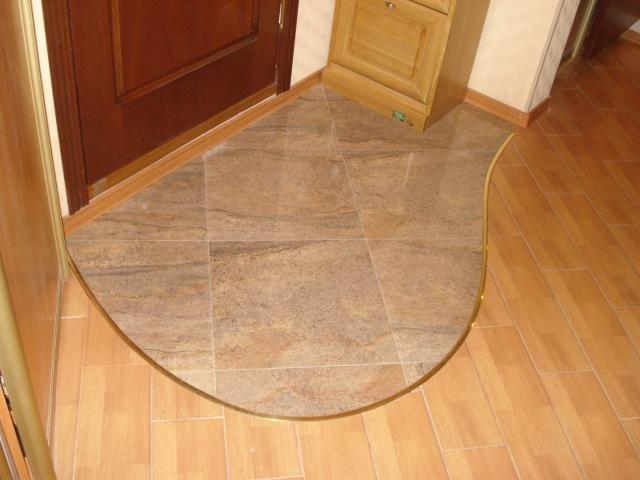 Комбинирование плитки и ламината на полу в прихожей