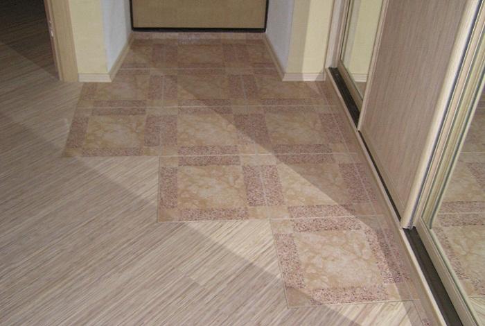 Плитка и линолеум на полу в прихожей