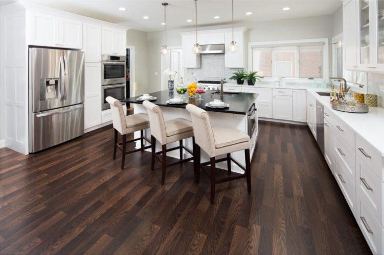 Темный ламинат на полу на кухне