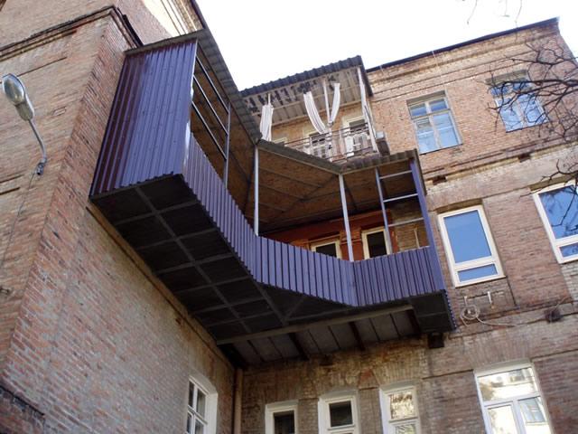 Для отделки балкона снаружи часто используют бюджетный вариант — профнастил