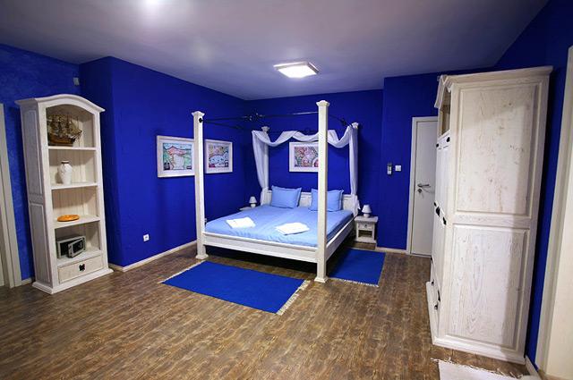 Обои синего цвета в спальне