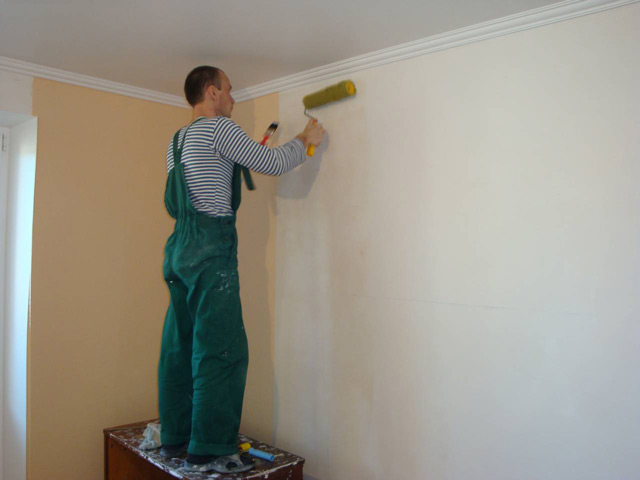 Наносить клей нужно только на стену