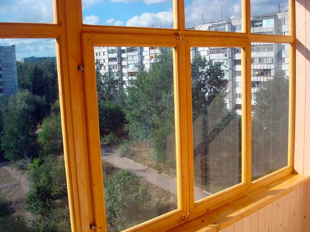 Деревянные рамы для балкона — бюджетно, но хлопотно в дальнейшем уходе