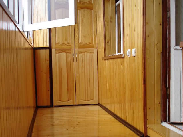Сегодня дерево чаще используется для внутренней обшивки балкона