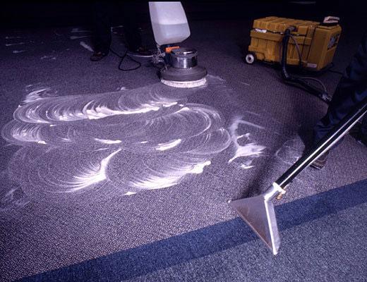 Если мокрый способ чистки вам не подходит, а сухой не эффективен, на помощь придет пенная уборка