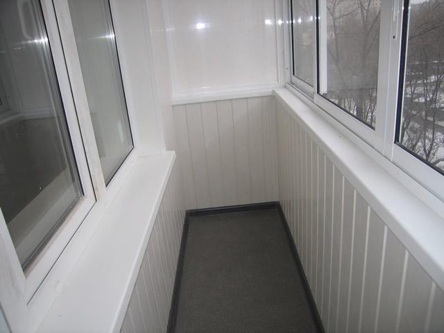 Пластиковая вагонка — отличный бюджетный материал для отделки балкона