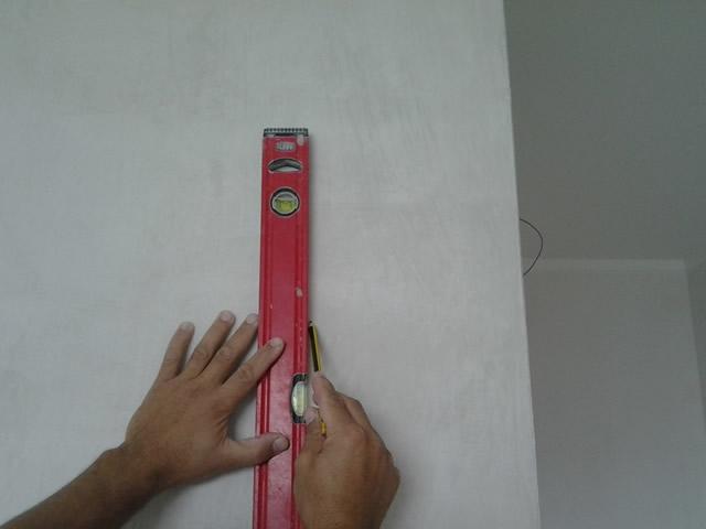 Перед оклейкой необходимо нанести на стены разметку