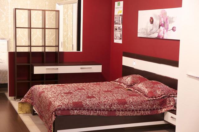 Обои красного цвета в спальне