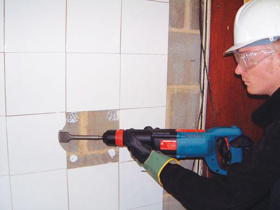 Использование перфоратора для демонтажа плитки