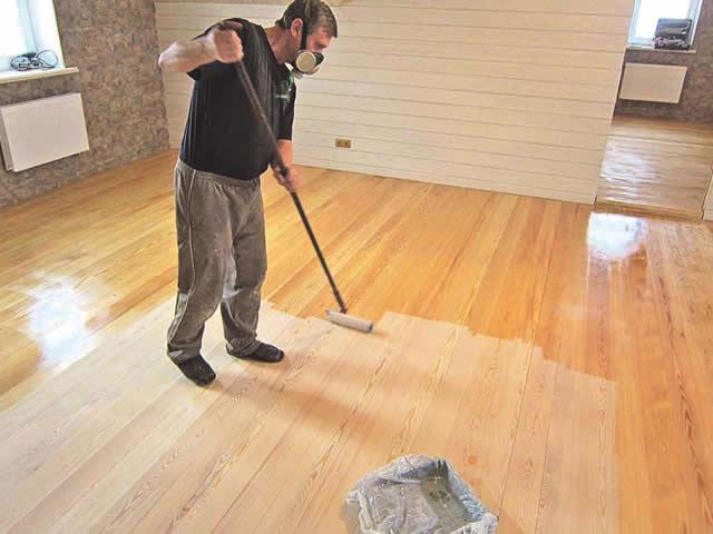 При окрашивании деревянного пола дисперсионным покрытием нужен валик