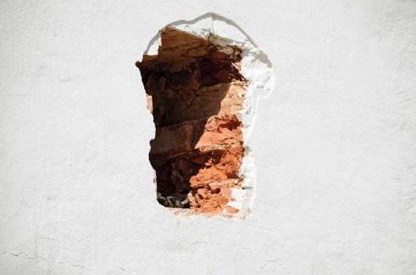 Дыры в стене – очень распространенная проблема внутри и снаружи помещения
