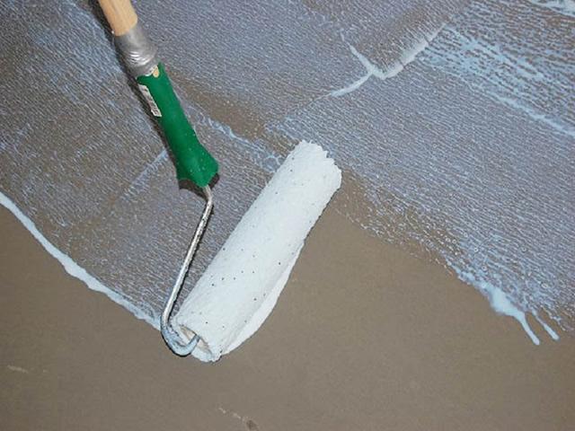 Перед укладкой линолеума поверхность нужно прогрунтовать