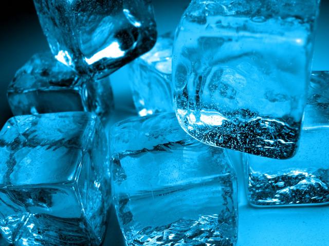 С помощью холода можно избавиться от липких веществ на полу