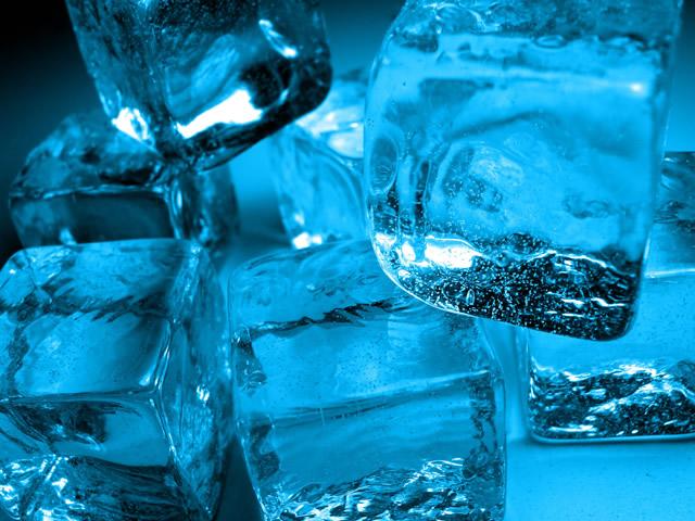 Следы от жидких гвоздей поможет удалить лед