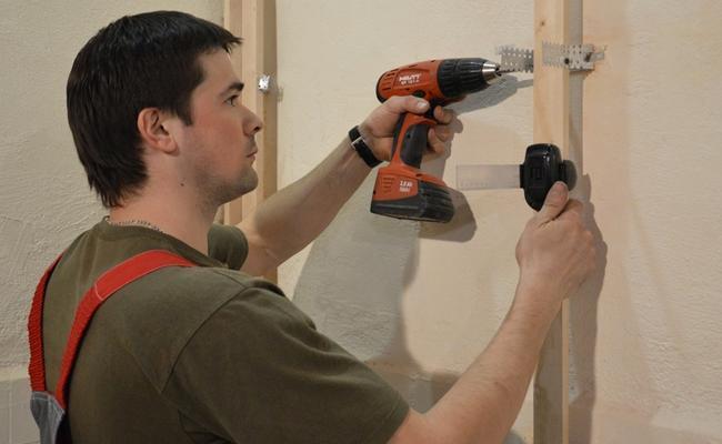 Монтаж каркаса для стеновых панелей