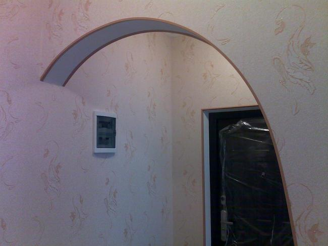 Клеить профиль необходимо на голую стену (шпатлеванную или окрашенную)
