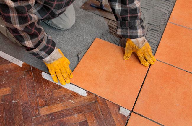 И строительная пена, и герметик используются для стыковки напольных покрытий