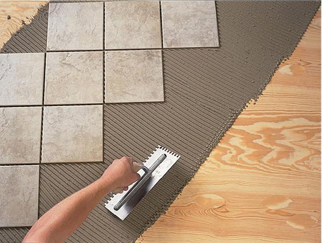 На старый деревянный пол можно легко уложить плитку