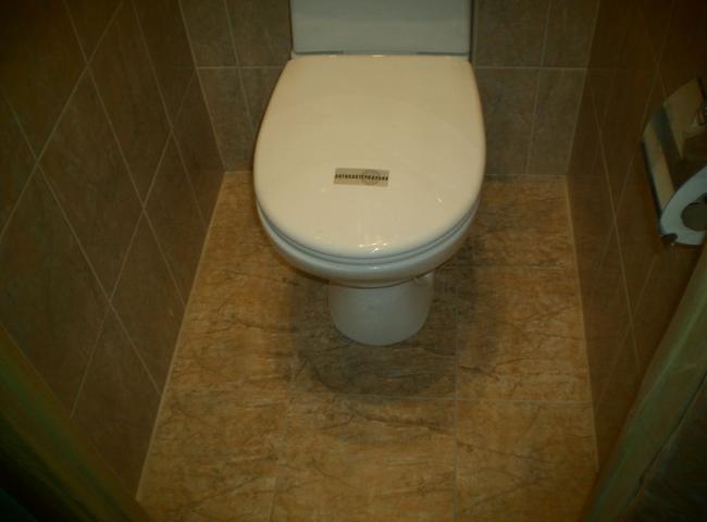 Сделать пол в туалетной комнате достаточно просто