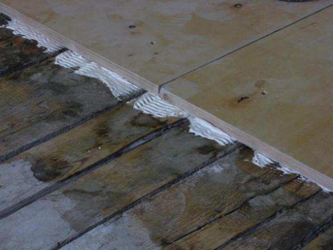 сразу после подготовки поверхности пола можно приступать к укладке плитки
