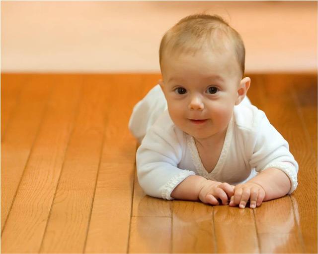 Маленький ребёнок может стать причиной попадания «влаги» на пол