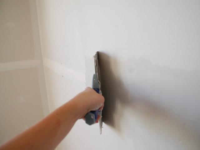 Перед оклейкой стен обоями основание из ГКЛ обязательно нужно шпаклевать