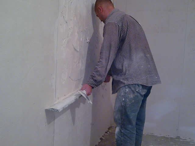 Под оклейку виниловых обоев стены надо обработать черновой шпаклевкой