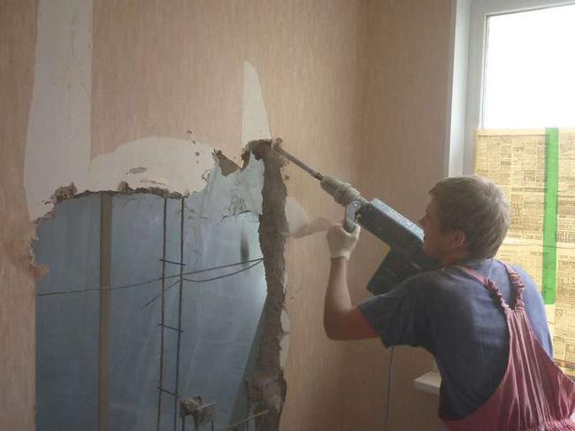 Имея в наличии профессиональный инструмент – перфоратор с насадкой в виде зубила, можно разрушить стену за несколько часов
