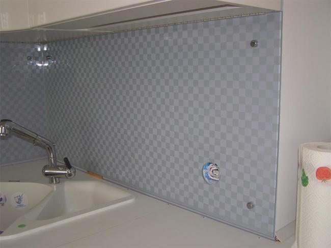Стеновые панели можно под любой цвет кухни