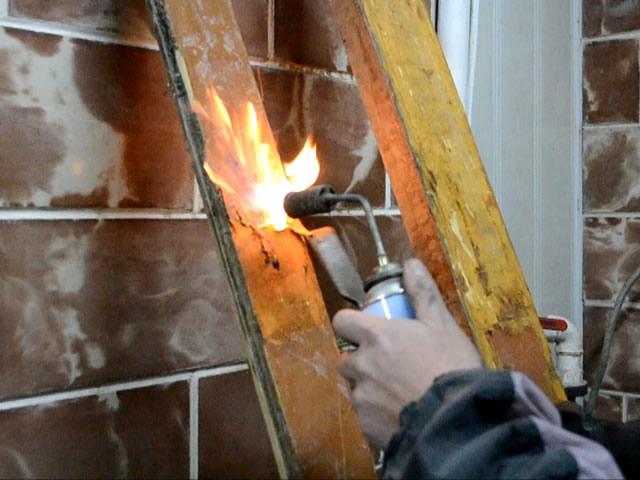 Удаление старой краски при помощи открытого огня небезопасно