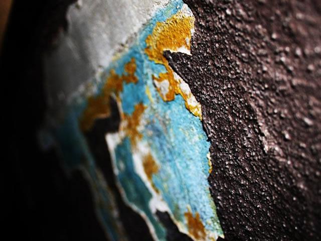 Удалить краску с металла очень просто из-за его жесткой поверхности