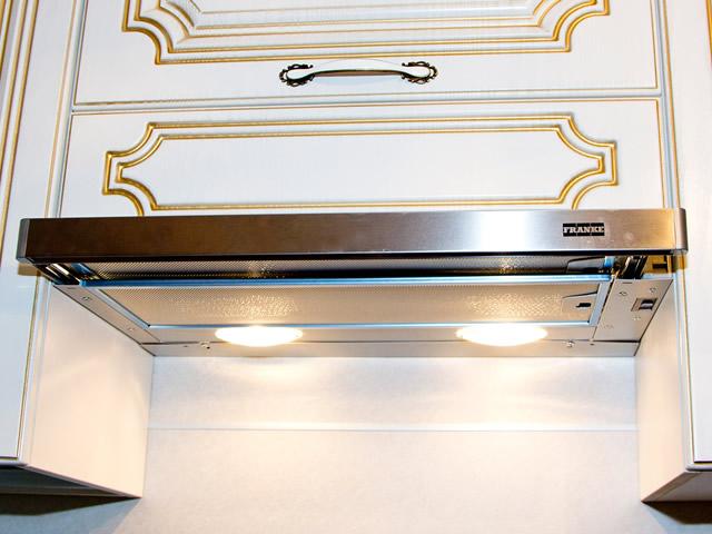 Встраиваемые вытяжки можно удачно вписать в фасад кухни