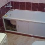 Экран под ванной позволит скрыть то, что не вписывается в интерьер ванной комнаты