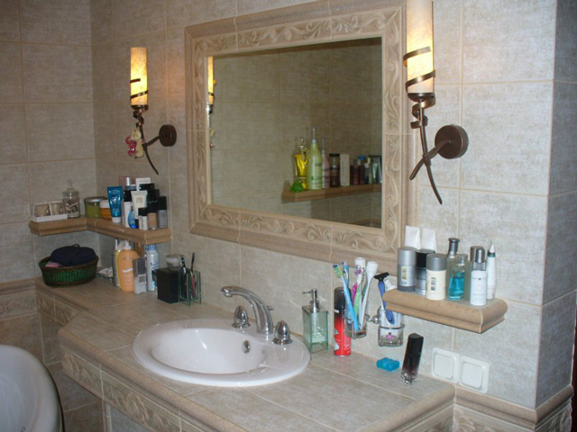 Установка различного рода элементов ванной комнаты вызывает необходимость проделывания отверстий в плитке
