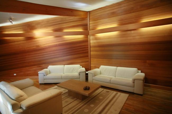 Деревянные панели на стенах выглядят очень оригинально