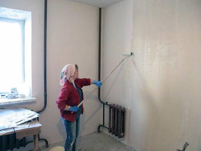 Специалисты рекомендуют грунтовать стены под обои в несколько слоев