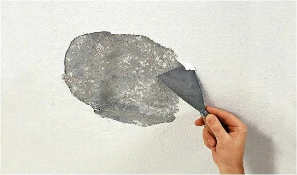 В глинобитных домах лучше избавляться от побелки перед поклейкой обоев