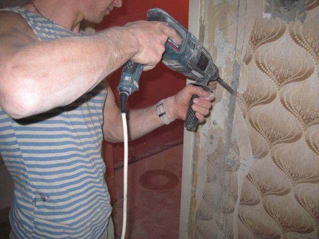 Необходимость штробления стен часто возникает при возникновении потребности установки нового электрооборудования в помещении