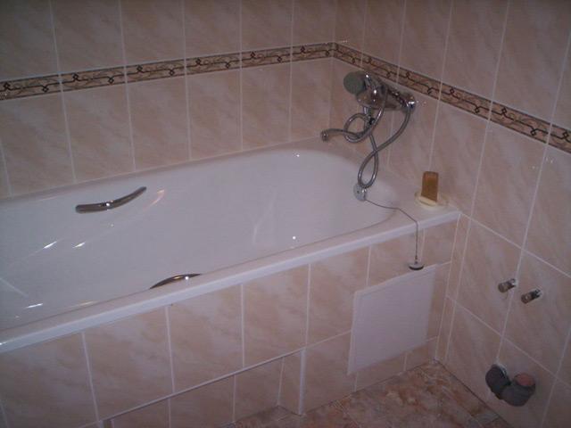 Экран, обшитый плиткой, обязательно впишется в интерьер ванной комнаты