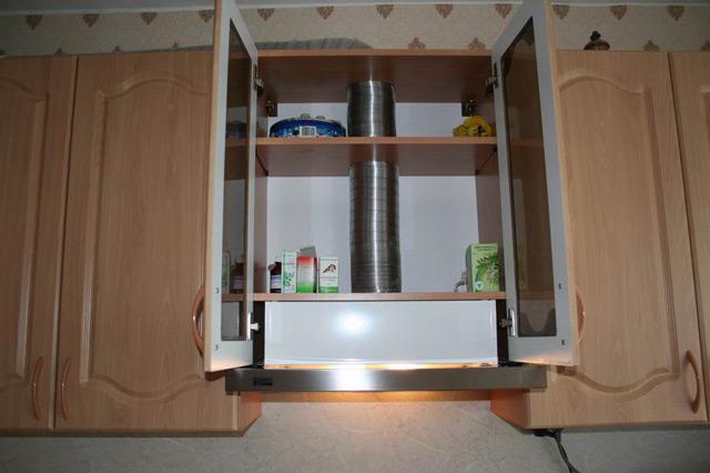 Для установки вытяжки шкаф следует переоборудовать