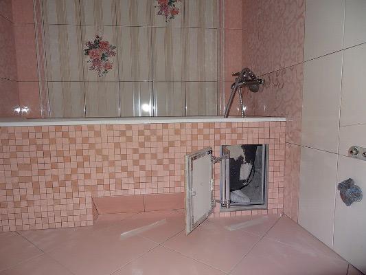 Облицовка экрана мозаикой - вполне подходящее декоративное украшение для ванной