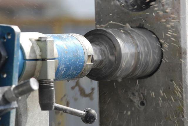 При сверлении бетона следует соблюдать осторожность, чтобы избежать перегрева