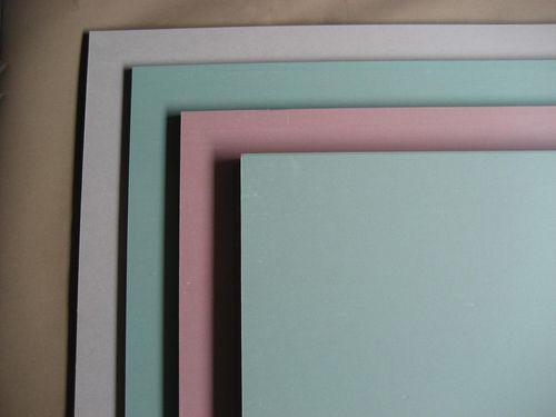 Гипсокартон с различными свойствами различен по цвету
