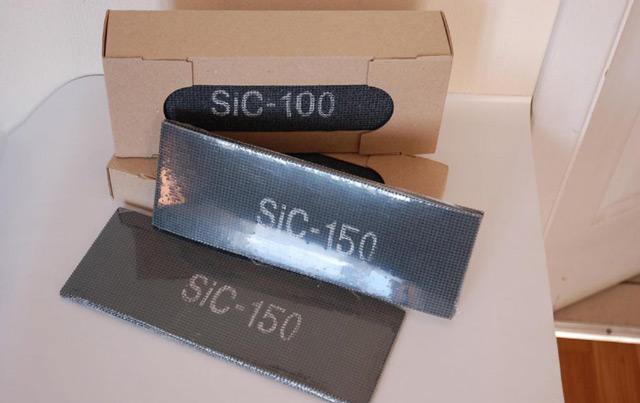 Для затирки поверхности лучше использовать шлифовальную сетку