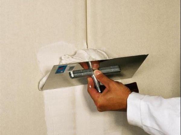 Шпаклёвочная масса для гипсокартона обычно имеет белый цвет