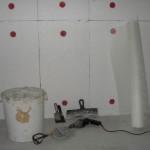 Пенопласт, прикрепленный к стене