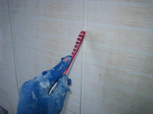 Для выравнивания швов можно использовать обратный конец зубной щётки